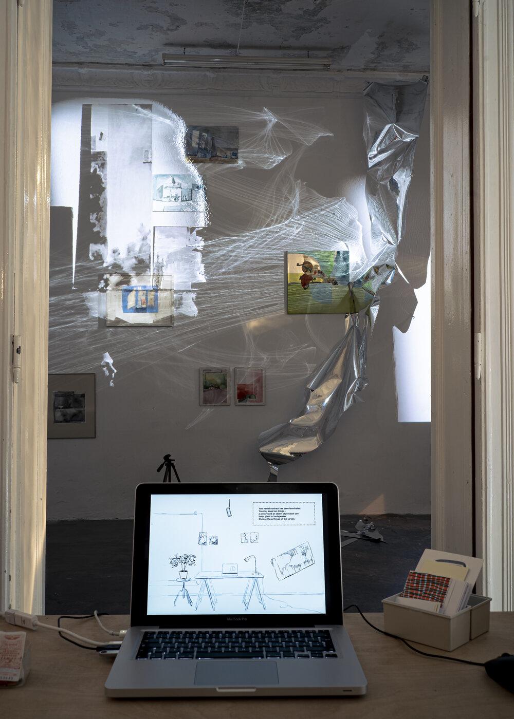 Вид експозиції зі сторони ноутбуку, проекція з'являється після вибору предметів на моніторі. Фото: Вікторія Підуст