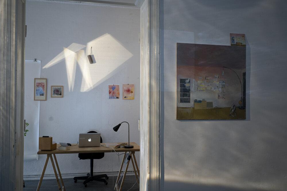 Вид з кімнати з проекціями на «кімнату керування». Картина на стіні — нотатки з колишньої майстерні. Фото: Вікторія Підуст
