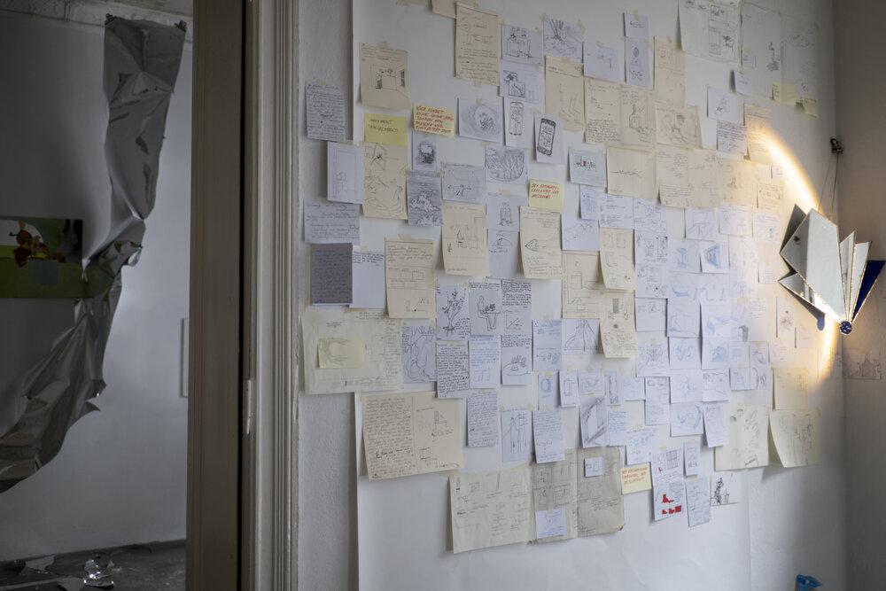 Вид на стіну з нотатками зі сторони стола з ноутбуком. Фото: Вікторія Підуст
