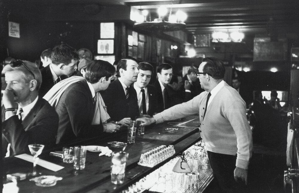 Представники «Товариства Маттачін» у барі Julius (фото зі шпальти The New York Times)