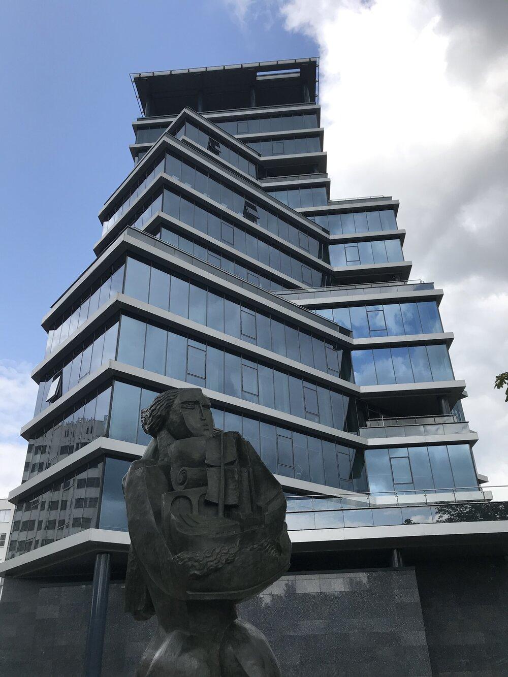 Осіп Цадкін. «Носій дарів», 1937. Скульптура в Мінську біля офісу Белгазпромбанку. Фото: Костянтин Дорошенко