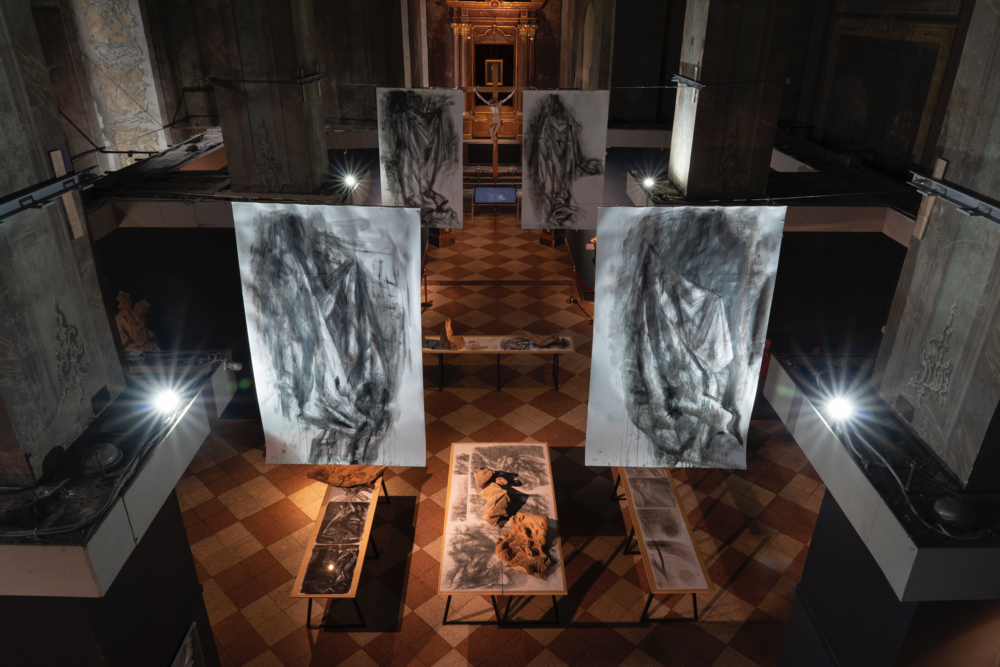 Музей І. Г. Пінзеля: серія «Складки» (проєкт «Лінія розмежування», 2016), фрагменти скульптури «Іоаким» І. Г. Пінзеля, відео Романа Гука)