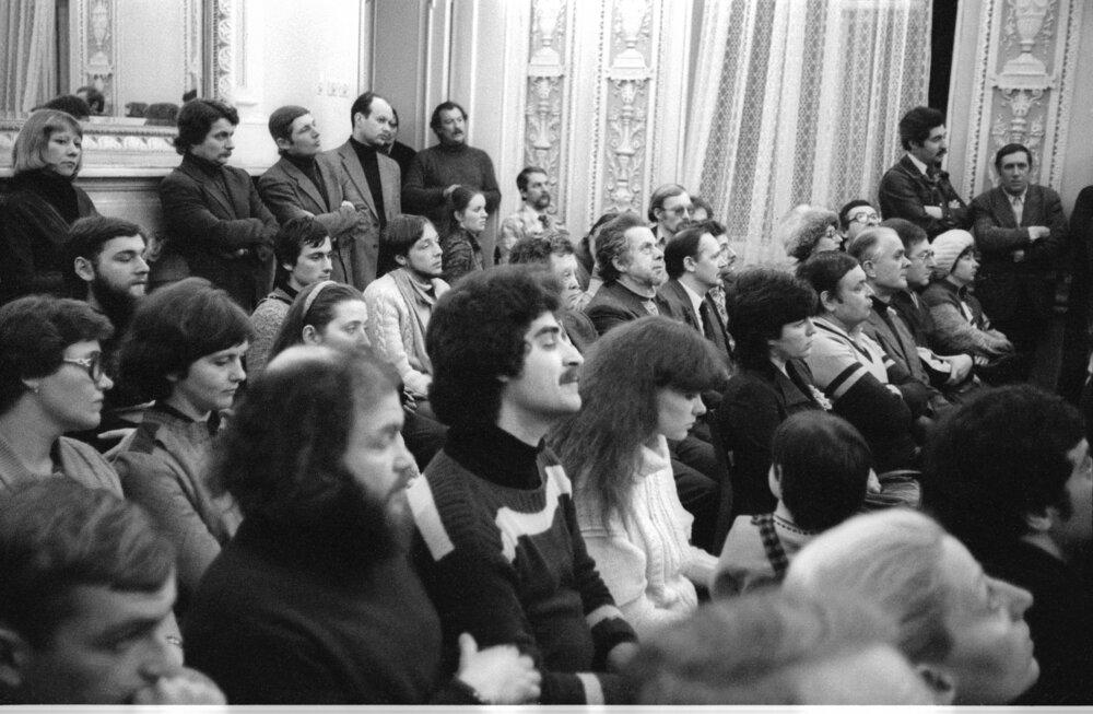 Конференция на выставке группы «Время» в Харьковском доме ученых. 1983. Фото Виктора Кочетова. Коллекция Музея Харьковской школы фотографии (MOKSOP).