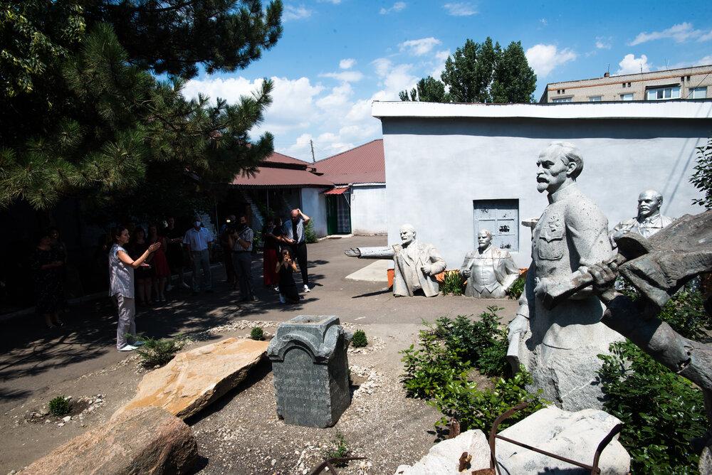 Експозиція у дворі Пологівського музею