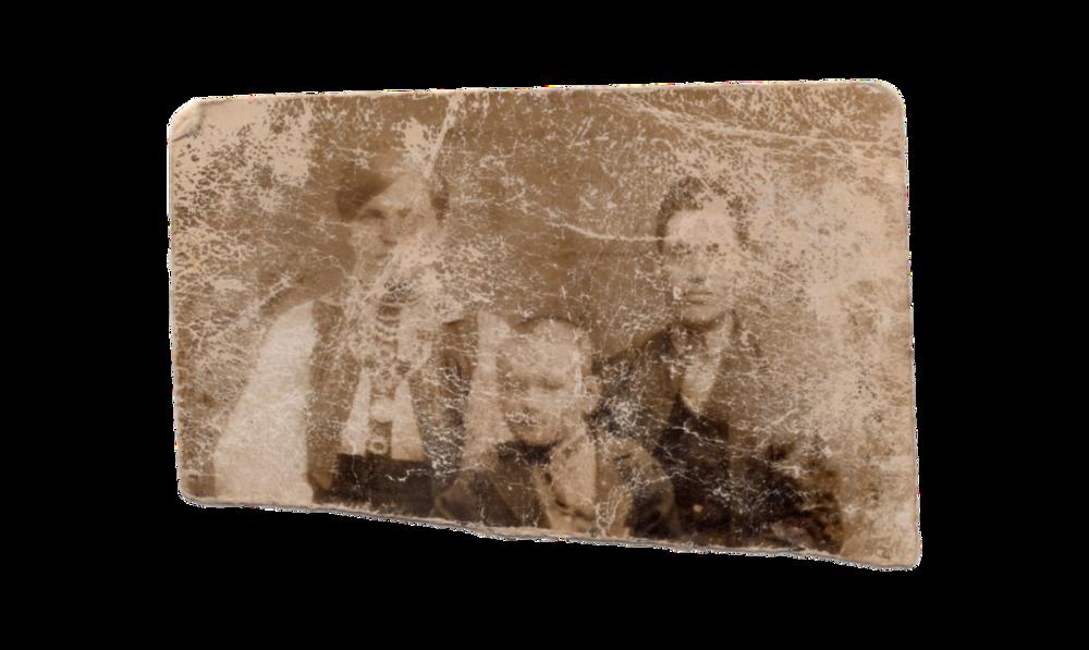 Ліворуч ― Катерина Слупська (мама), у центрі ― Іван Слупський (брат), праворуч ― Пантелеймон Слупський (тато), с. Раштівці, 1926. Джерело: Меморіальний музей «Територія Терору»