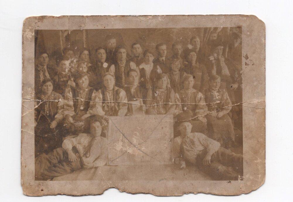 У центрі ― Пантелеймон Слупський, Катерина Слупська ― сидить друга ліворуч, с. Раштівці, 1935. Джерело: Меморіальний музей «Територія Терору»