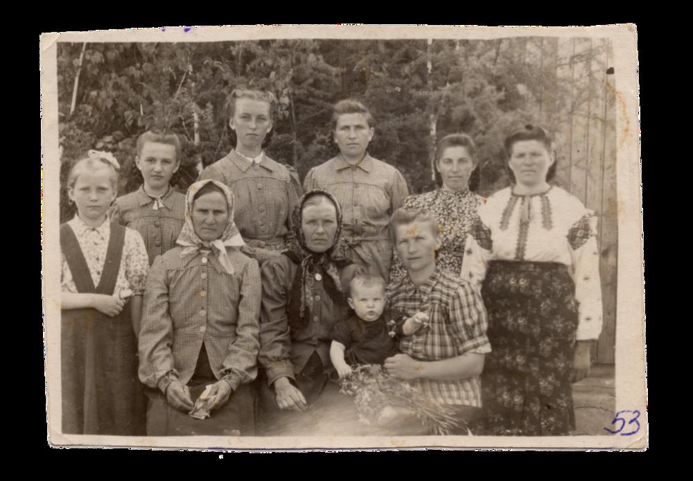 Мешканки с. Раштівці, поселення Алгач, 1953. Джерело: Меморіальний музей «Територія Терору»