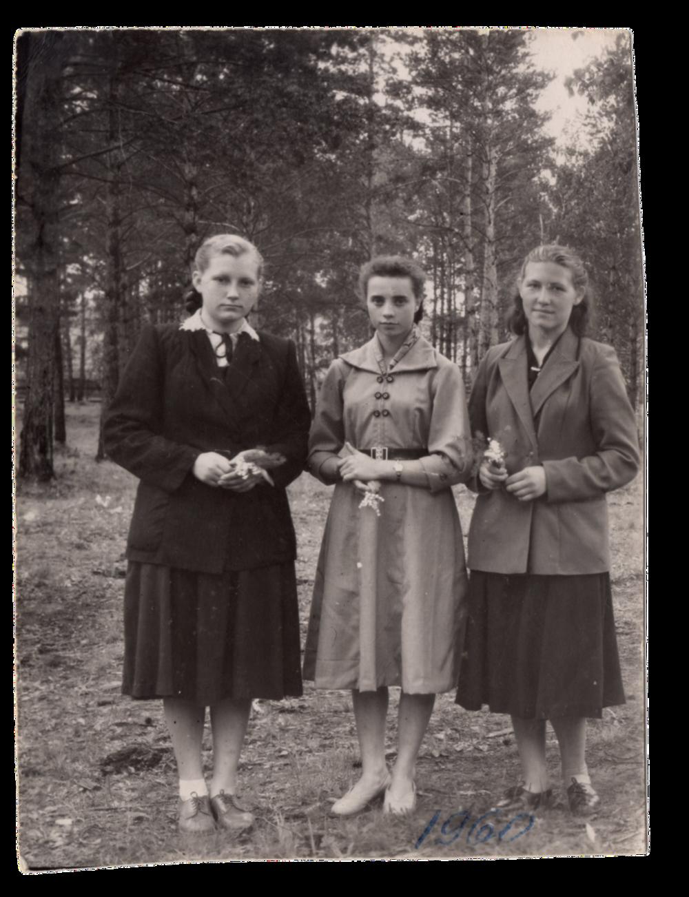 Ліворуч ― Ганна Іванцова (Слупська) з подругами ― Євгенія Кісь, невідома, поселення Алгач, 1960. Джерело: Меморіальний музей «Територія Терору»