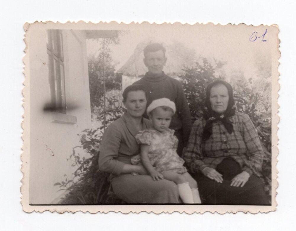 Фото, яке Іван Слупський відправив батькам та сестрам в Алгач, с. Глібів, Гусятинський р-н, 1961. Джерело: Меморіальний музей «Територія Терору»