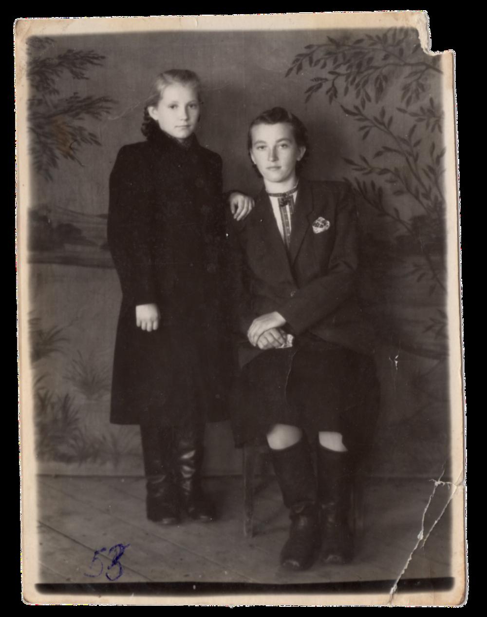 Фото, яке Ганна та її старша сестра Стефанія відправили братові Івану в Україну, поселення Алгач, 1953