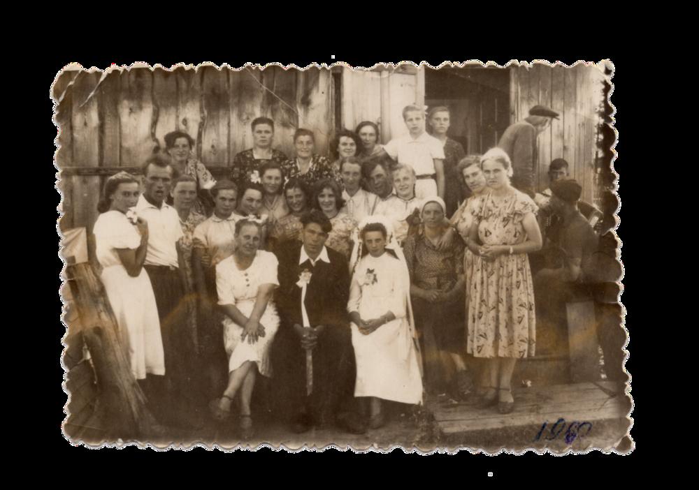 Весільне фото, на якому видно дерев'яні бараки ― помешкання спецпоселенців, поселення Алгач, 1960. Джерело: Меморіальний музей «Територія Терору»