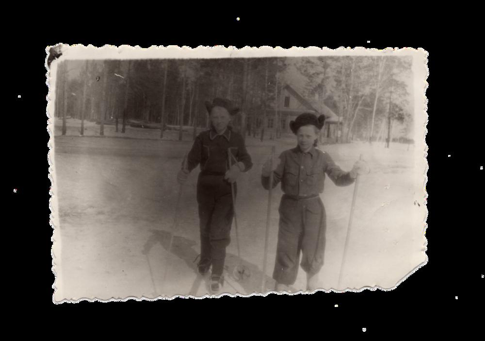 Ганна Іванцова (Слупська) разом з подругою катаються на лижах, поселення Алгач, 1954. Джерело: Меморіальний музей «Територія Терору»