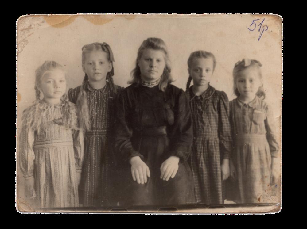Друга ліворуч ― Ганна Іванцова (Слупська) у першому класі, поселення Алгач, 1951. Джерело: Меморіальний музей «Територія Терору»