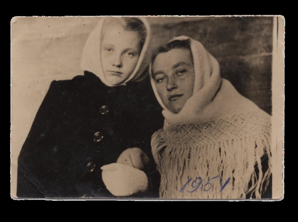 Ганна Іванцова (Слупська) разом зі сестрою Стефанією, поселення Алгач, 1954. Джерело: Меморіальний музей «Територія Терору»