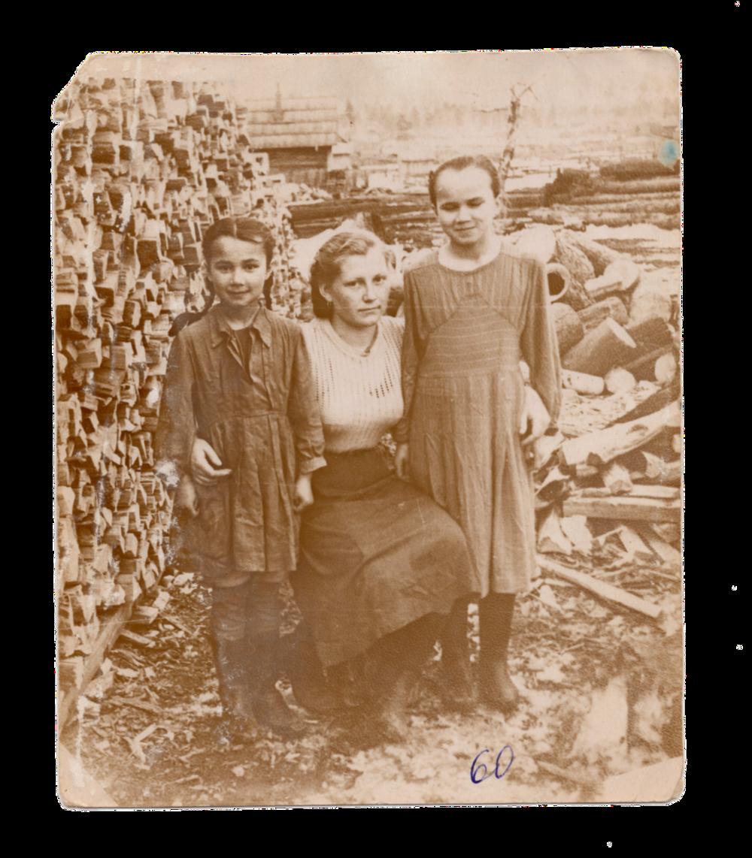 У центрі ― Ганна Іванцова (Слупська) зі сусідніми дітьми, поселення Алгач, 1960. Джерело: Меморіальний музей «Територія Терору»