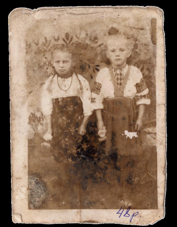 Праворуч ― Ганна Іванцова (Слупська) з подругою, с. Раштівці, 1948. Джерело: Меморіальний музей «Територія Терору»