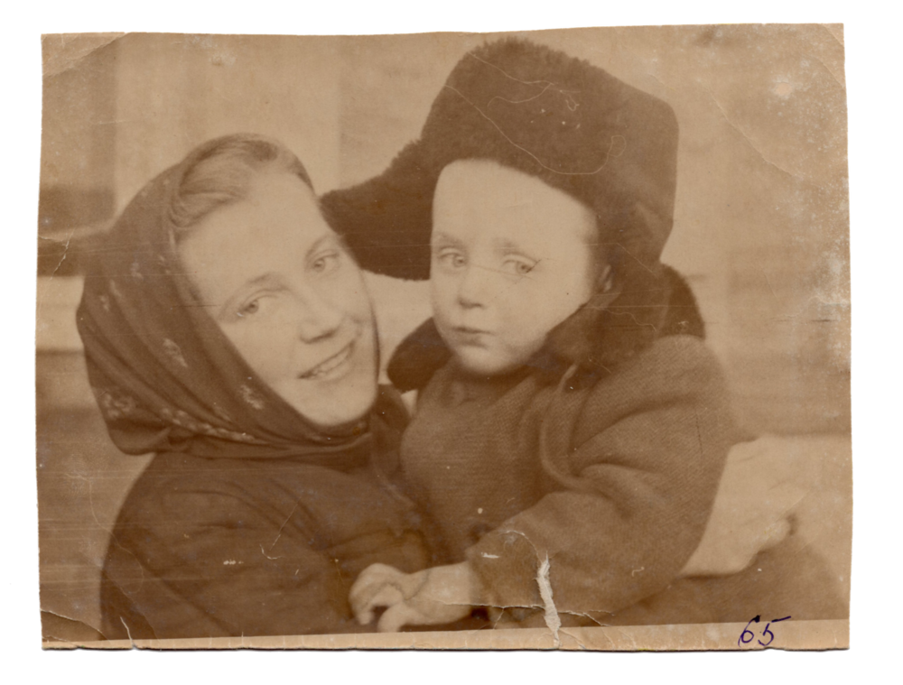 Ганна Іванцова (Слупська) разом із сином Ярославом, місто Зея, 1965. Джерело: Меморіальний музей «Територія Терору»