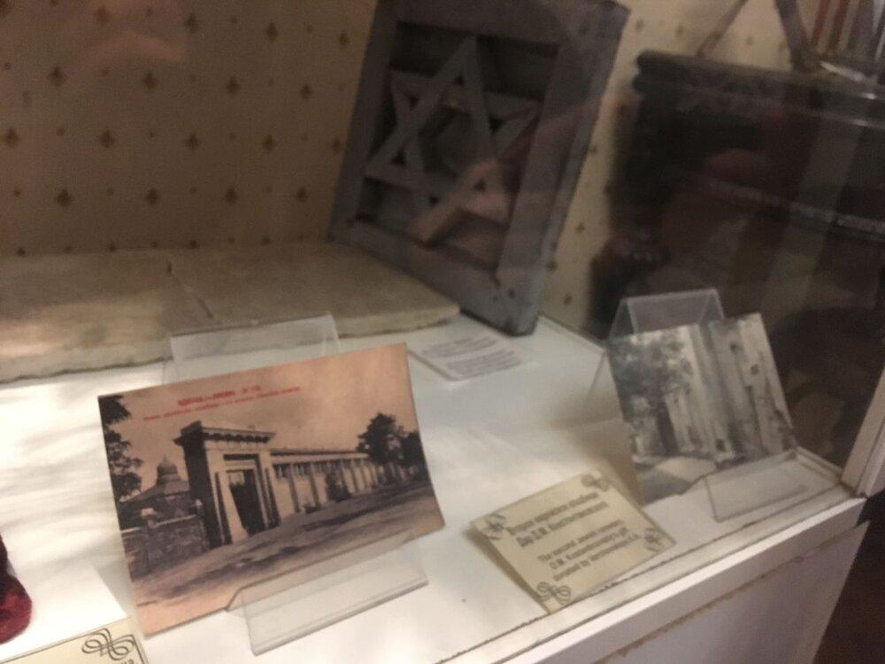 Витрина, посвященная Второму еврейскому кладбищу в Одессе, Музее истории евреев Одессы. Фото: надані авторкою