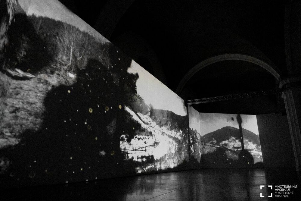 Експозиція виставки Параски Плитки-Горицвіт «Подолання гравітації». Автор: Олександр Попенко. Світлини надані Мистецьким Арсеналом