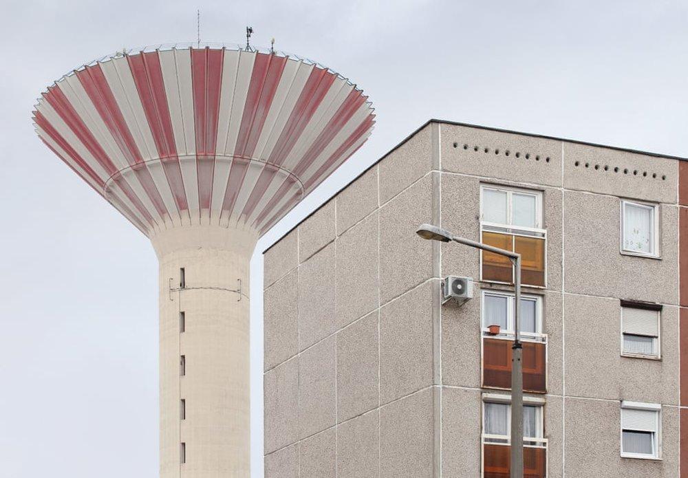 Типовий панель житлового блоку. Бетонна водонапірна башта, побудована в 1984 році, є пам'яткою приміського садиби в Будапешті