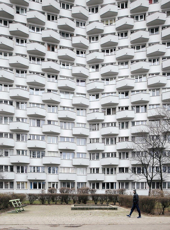 Будівля спроектована Яном Здановічем, складається з трьох X-подібних багатоповерхових блоків, побудованих між 1971 і 73 роками в Сольці, Варшава