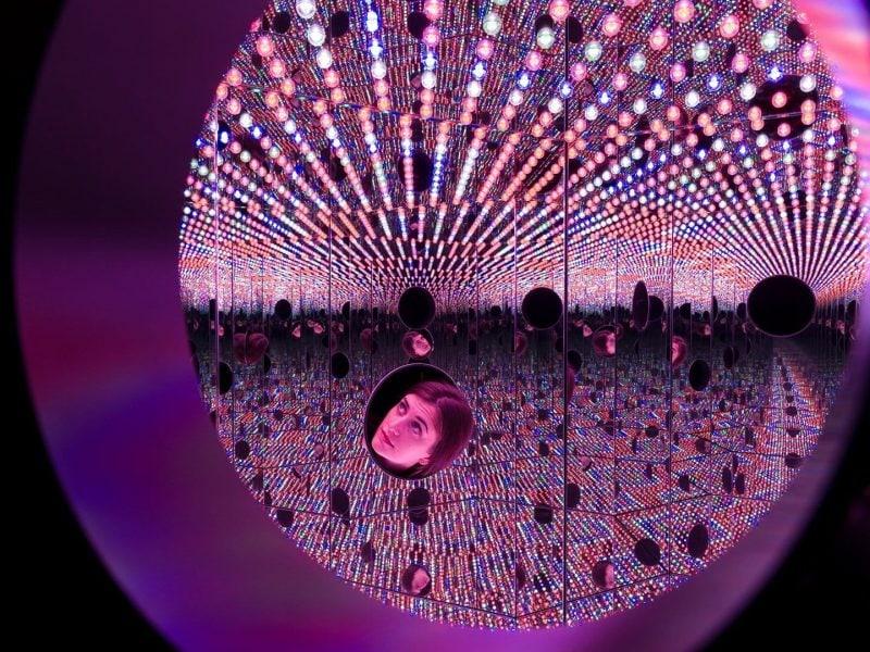 Яйої Кусама Просторова інсталяція «Туга за нескінченності». Світлина: Programatica