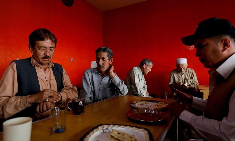 Чоловіки Хазари снідають у ресторані в Маріабаді