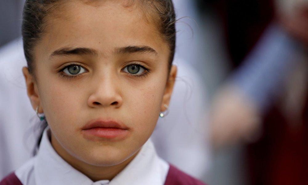 Дівчина Хазара відвідує церкву