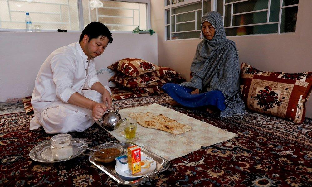 Сардар Сахіл, 30-річний юрист та правозахисник, снідає разом із матір'ю