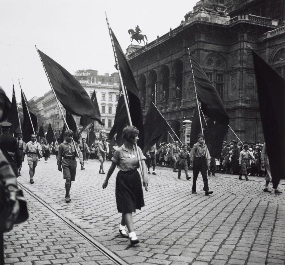 Едіт Тюдор-Харт (друк Джоанни Кейн), Без назви (Демонстрація за межами Оперного театру, Відень)
