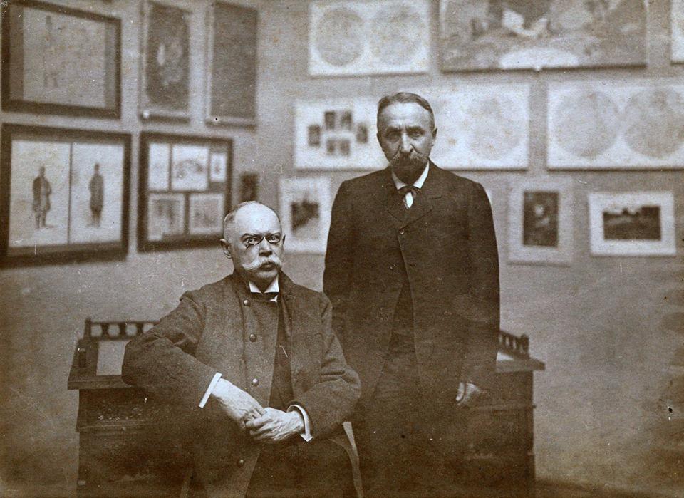 Директор музею Микола Біляшівський та український живописець, графік, етнограф Порфирій Мартинович на Першій артистичній виставці, що відбулась у музеї у 1911 році.