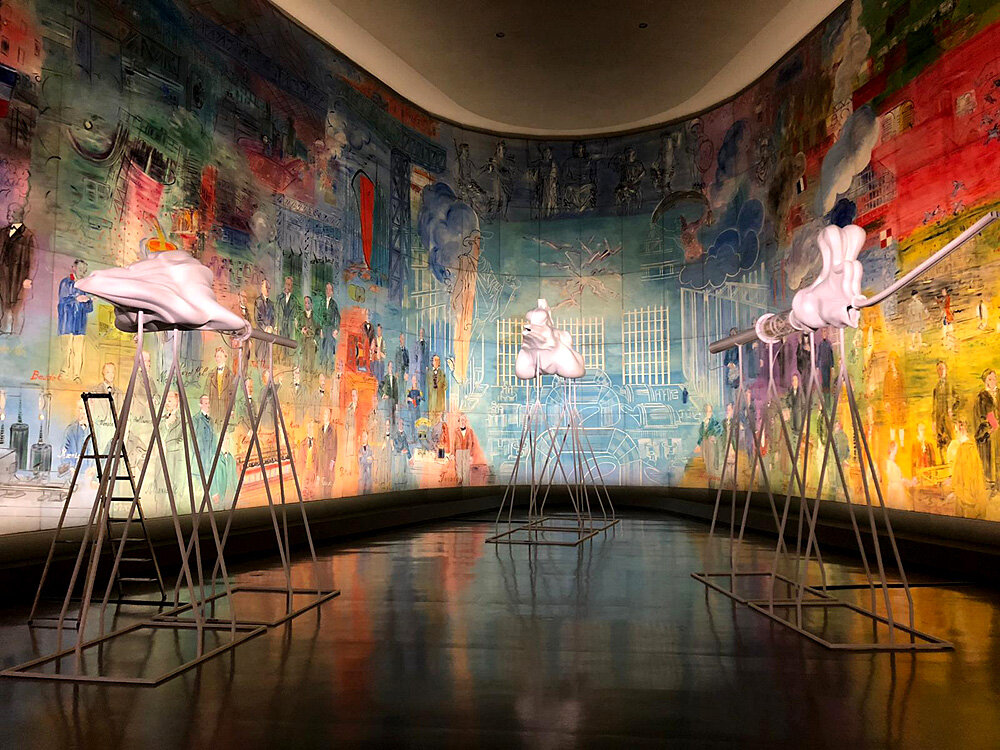 Інсталяція Маргарит Юмо «Опера доісторичних істот» (2012) в залі Рауля Дюфі. На задньому плані робота Дюфі «Фея електрики» (1937). Світлина: Musée d'Art Moderne de Paris