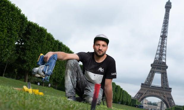 Фото: Magali Saype на Марсових полях, Париж, працюючи над проектом землі мистецтва Beyond Walls.