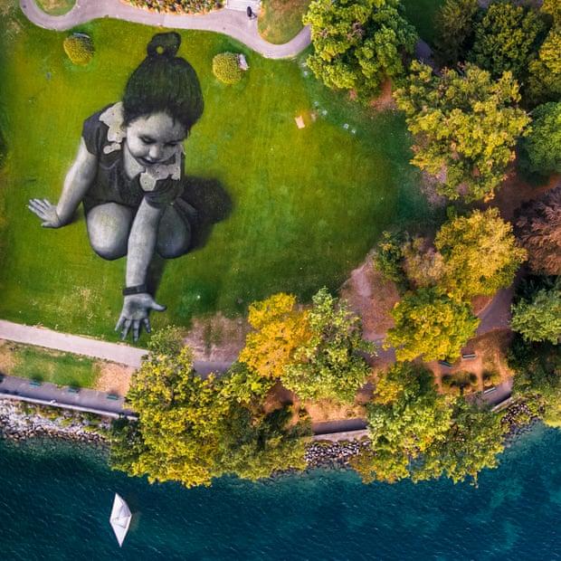 Фото: Valentin Flauraud/EPAA girl and a boat … Saype's fresco in Geneva inspired by SOS Méditerranée.