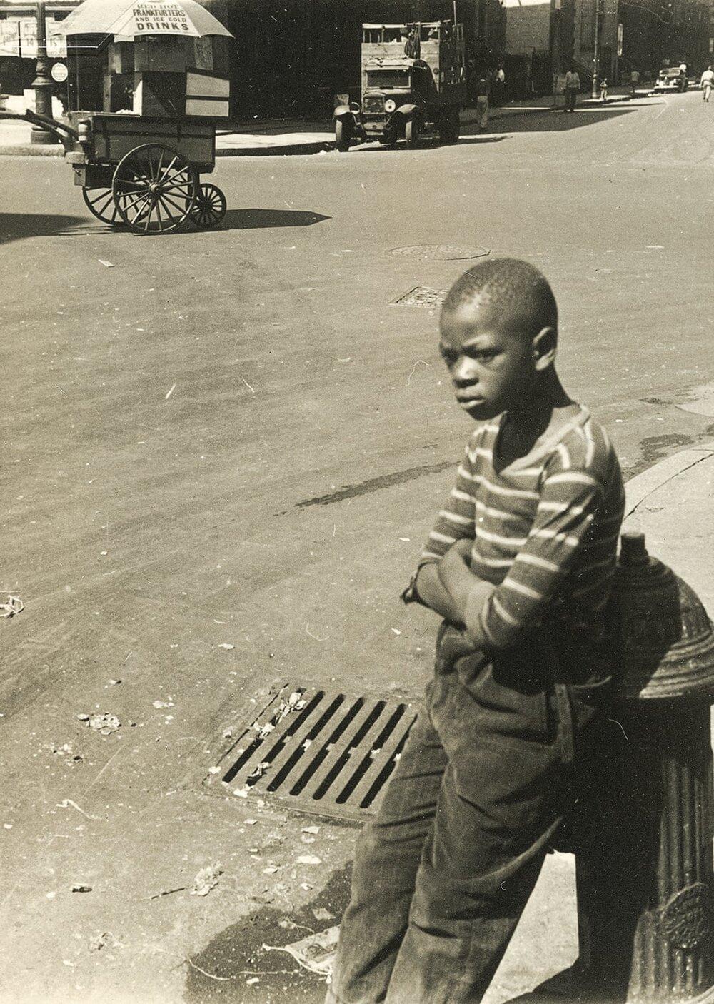 Гелен Левітт, Boy Leaning on a Hydrant, 1940
