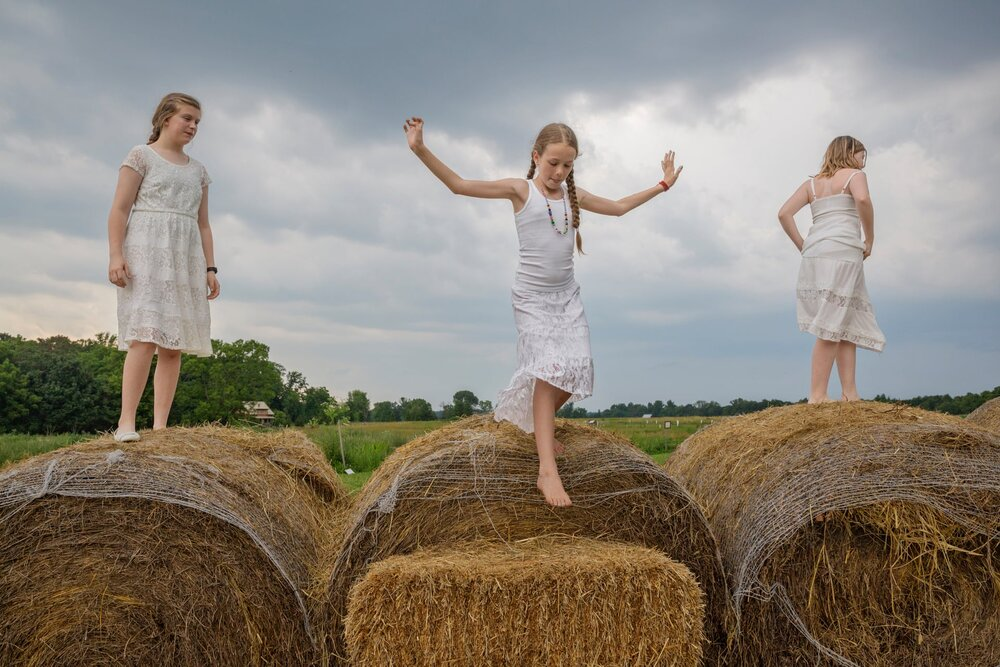 Kitra Cahana, дівчата на фермі
