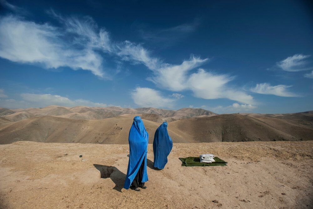 Lynsey, вагітна Нур Ніса допомагає матері після того, як її машина зламалася по дорозі до лікарні в Афганістані