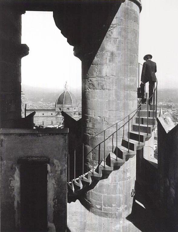 Чоловік піднімається по сходам на вежу