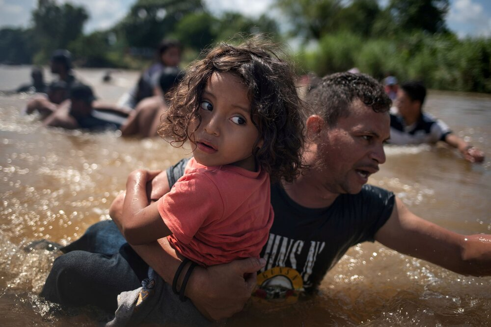 Караван мігрантів з центральної Америки, що рухається в Мексику з Гватемали. Пізніше, вони хочуть потрапити в США. Світлина: Adrees Latif/Reuters