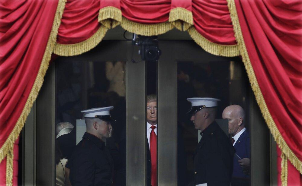 Президент Дональд Трамп чекає, щоб вийти на інавгурацію у Вашингтоні. 20 січня 2017 року. Світлина: Patrick Semansky/AP