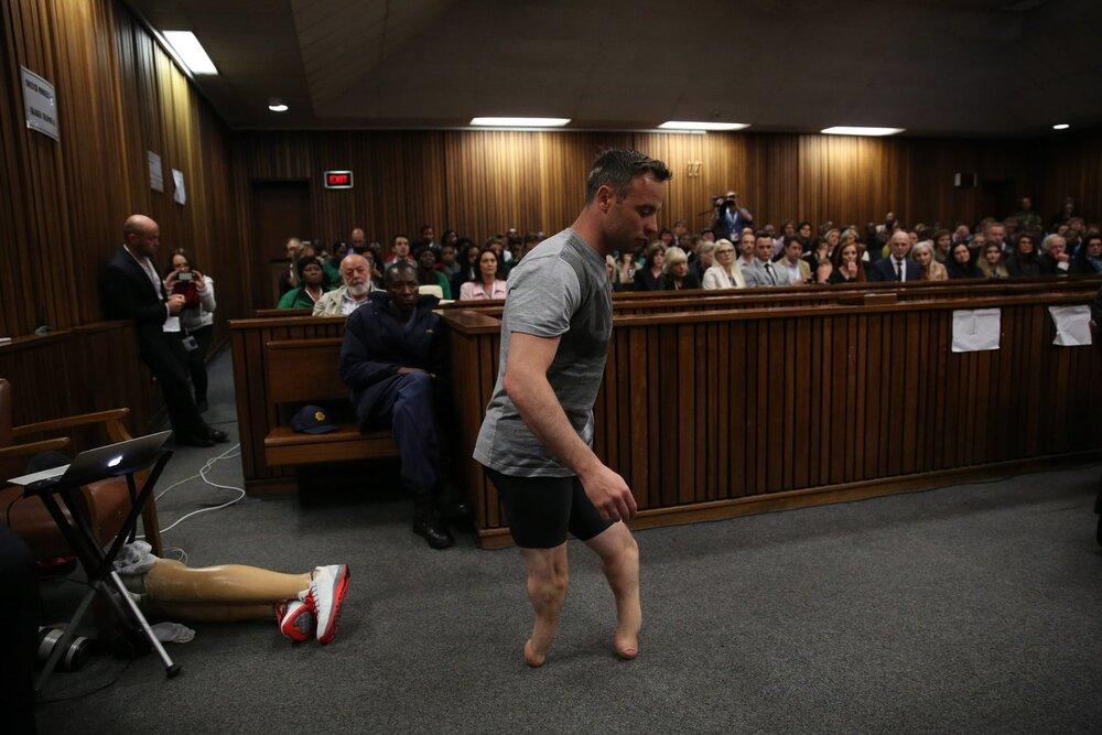 Золотий медаліст Паралімпійських змагань Оскар Пісторіус проходить через залу суду без протезів під час слухання про повторне винесення покарання за вбивство 2013 року своєї подруги. 15 червня 2016 року. Світлина: Siphiwe Sibeko/EPA