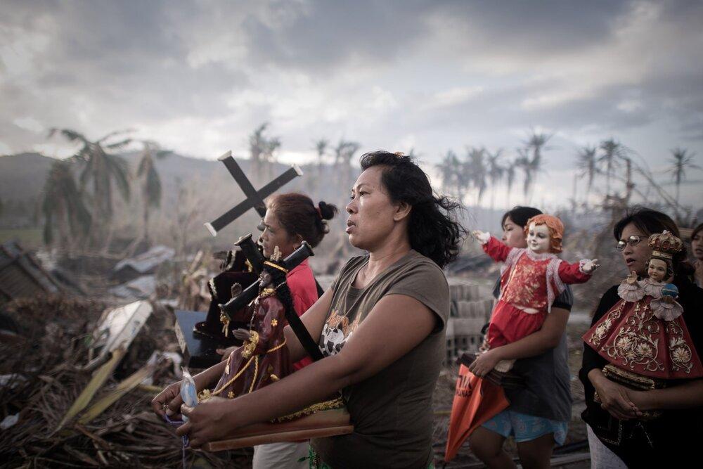 Релігійна процесія після тайфуну в Толосі. За оцінками Організації Об'єднаних Націй, 13 мільйонів людей постраждали, близько 1,9 мільйона втратили свої будинки. Philippe Lopez/AFP/Getty Images
