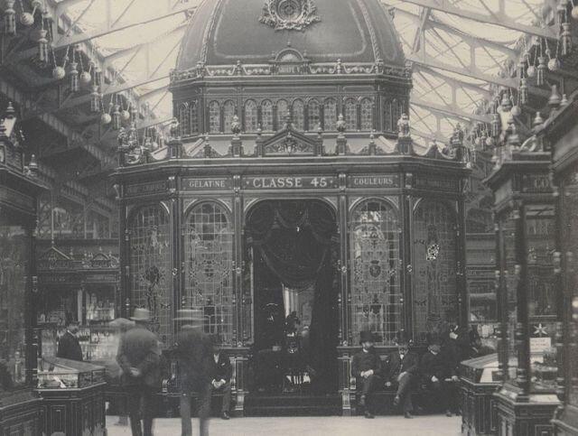 Експозиція аптеки в центральному кіоску ярмарки 1889 року. Світлина: Hippolyte Blancard / Gallica/ BnF