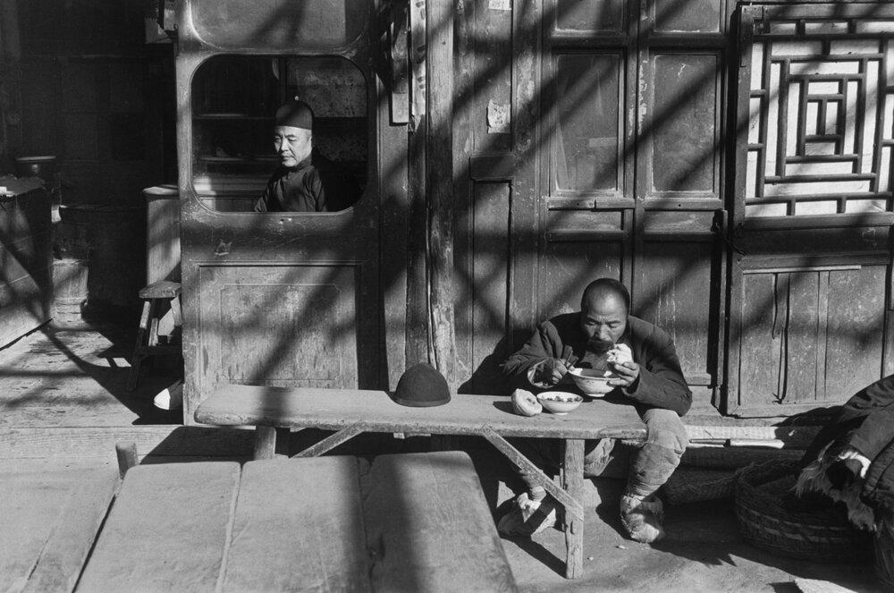 Перед входом в таверню, 1948