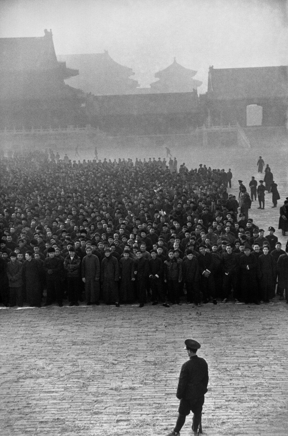Ранком в Забороненому місті зібралося 10 000 новобранців, щоб сформувати націоналістичний полк. Пекін, грудень, 1948