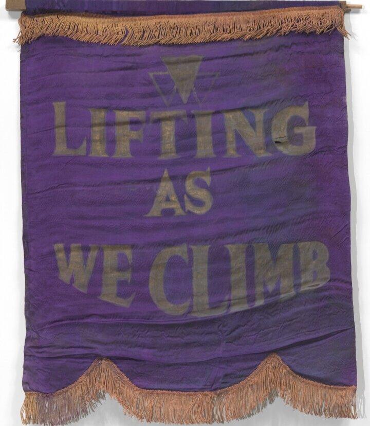 Фіолетовий шовковий банер із золотою бахромою створений для Federation of Colored Women's Clubs Оклахоми. Світлина: National Museum of African American History and Culture
