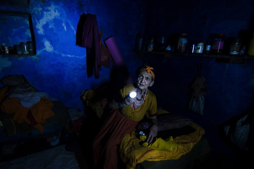 Who's There, Varanasi, India. 2014. Жінка намагається знайти свої медикаменти, коли у будинку відключили електрику. Світлина: Dhrubajyoti Bhattacharjee/Global Health 50/50