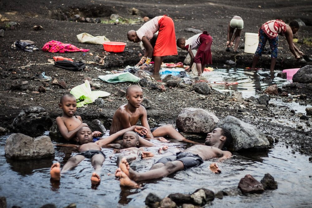 Lake Elementaita, Naivasha, Kenya, 2019. Ранок у Кенії, поки чоловік з дітьми лежать у воді жінки займаються побутовими справами. Світлина: Anwar Sadat/Global Health 50/50