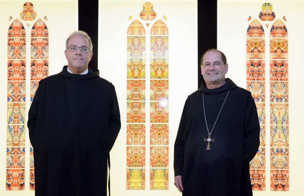 Справа монах, зліва представник художника. Світлина: Harald Tittel/picture alliance via Getty Images.