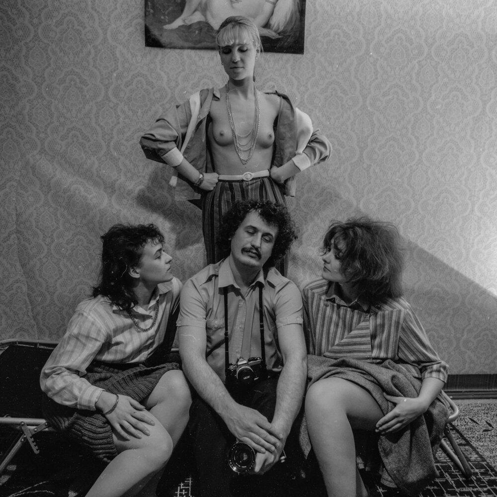 Роман Пятковка, 1985, зображення надане автором. На фото – Олег Мальований в оточенні моделей